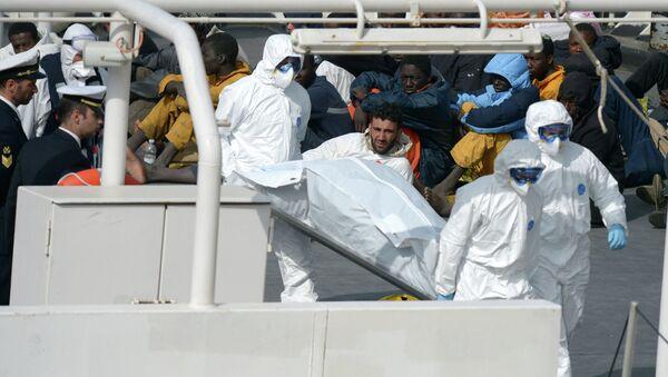 Spasioci nose udavljene migrante posle prevrtanja ribolovačkog broda - Sputnik Srbija
