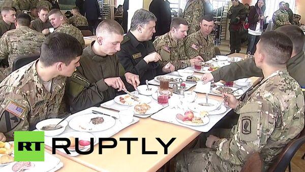 Porošenko jede sa američkim vojnicima - Sputnik Srbija