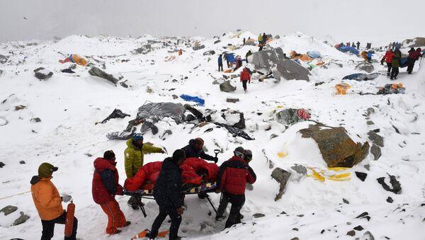 Спасиоци извлаче повређене у великој снежној лавини на Монт Евересту коју је покренуо земљотрес - Sputnik Србија