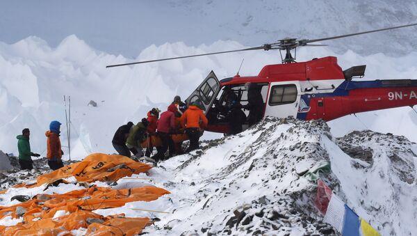 Хеликоптер за транспорт повређених у великој снежној лавини на Монт Евересту коју је покренуо земљотрес - Sputnik Србија