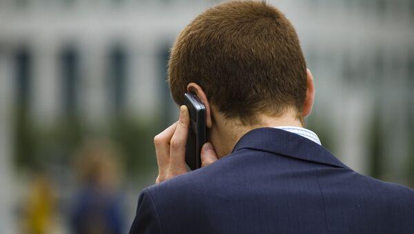 Čelovek razgovarivaet po telefonu  - Sputnik Srbija