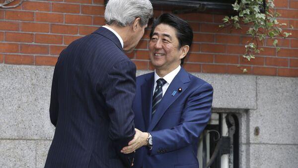 Јапански премијер Шинзо Абе  и амерички држави секретар Џон Кери - Sputnik Србија
