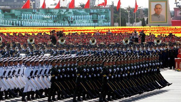 Кинески војници марширају током војне параде поводом обележавања 60. годишњице Кине у Пекингу - Sputnik Србија