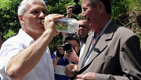 Boris Tadić pije rakiju u Crnoj Gori - Sputnik Srbija