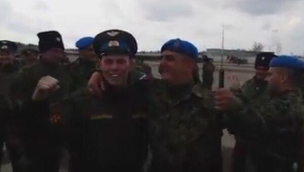 Руски и српски војник певају песму - Sputnik Србија