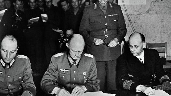 Alfred Jodl potpisuje nemačku kapitulaciju u Remsu. - Sputnik Srbija