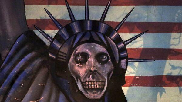Satiričan prikaz Kipa slobode naslikan na zidu bivše Ambasade SAD u Teheranu, Iran - Sputnik Srbija