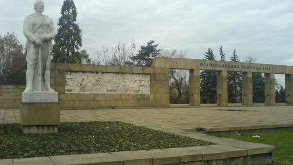 """Groblje oslobodilaca Beograda 1944. i skulptura """"Partizan na večnoj straži"""" - Sputnik Srbija"""