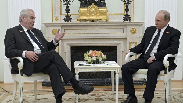 Predsednik Češke Republike Miloš Zeman razgovara sa ruskim predsednikom Vladimirom Putinom tokom njihovog sastanka u Kremlju u Moskvi, Rusija, 9. maja, 2015. - Sputnik Srbija
