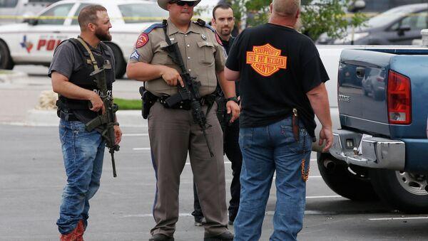 Полицајац испред ресторана Твин Пикс у Вакоу, Тексас где је дошло до ватреног обрачуна бајкера. - Sputnik Србија