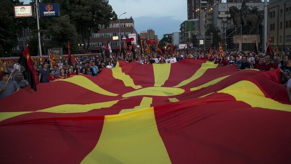 Присталице владајуће странке ВМРО-ДПМНЕ и премијер Никола Груевски држе македонску заставу током митинга у Скопљу, Македонија, 18. маја 2015. године - Sputnik Србија