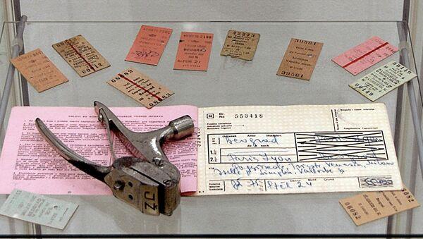 Режијска и картонске путничке карте које су седамдесетих година прошлог века поништаване хефталицом - Sputnik Србија