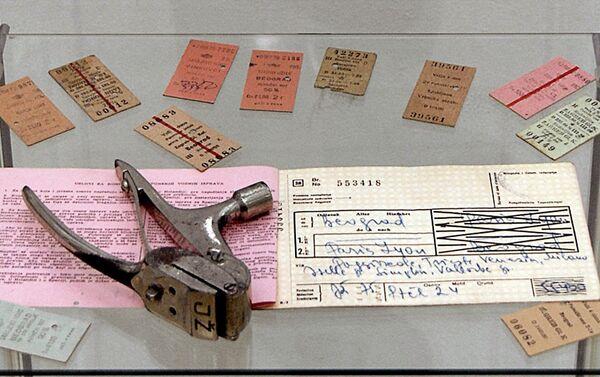 Režijska i kartonske putničke karte koje su sedamdesetih godina prošlog veka poništavane heftalicom - Sputnik Srbija