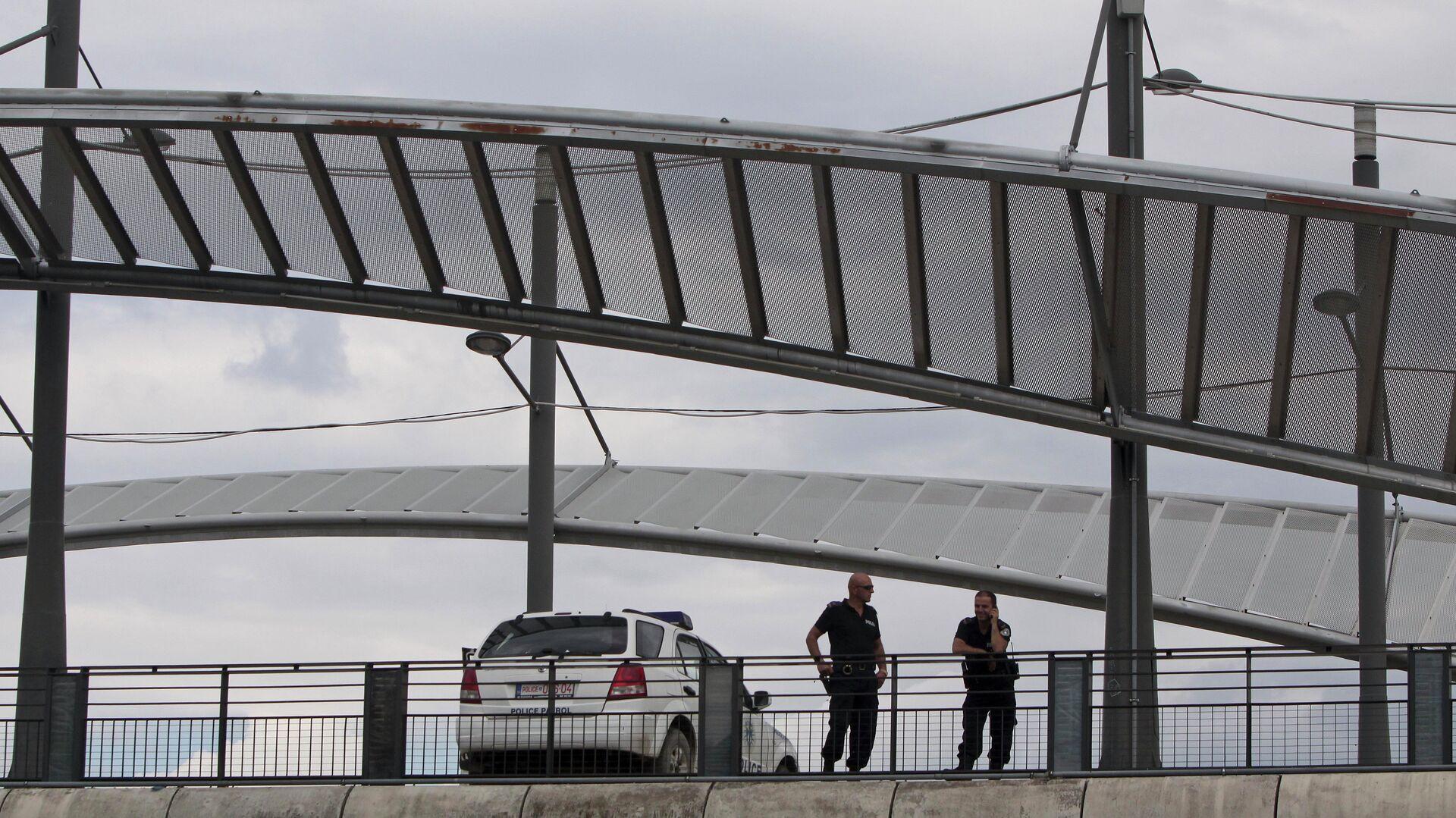 Pripadnici kosovske policije na mostu u Kosovskoj Mitrovici - Sputnik Srbija, 1920, 27.09.2021