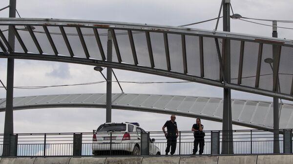 Pripadnici kosovske policije na mostu u Kosovskoj Mitrovici - Sputnik Srbija