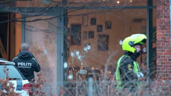 Police presence is seen next to damaged glass at the site of a shooting in Copenhagen February 14, 2015 - Sputnik Srbija