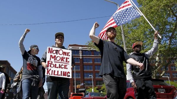 Protesters walk outside the Justice Center following the not guilty verdict for Cleveland police officer Michael Brelo on manslaughter charges in Cleveland, Ohio, May 23, 2015 - Sputnik Србија