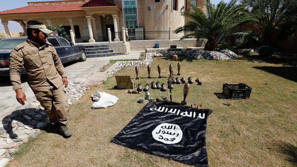 Застава терористичке организације Исламска држава и муниција - Sputnik Србија