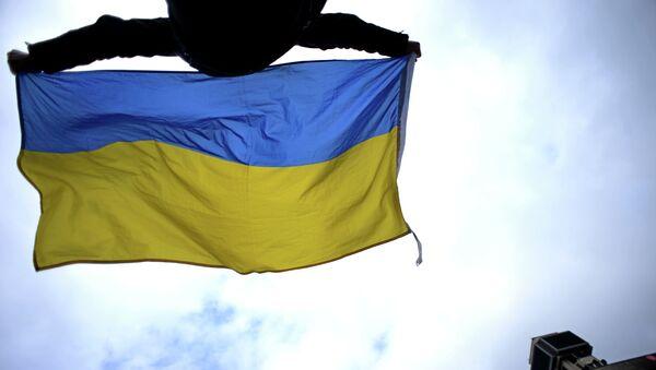 Човек маше Украјинком заставом на тргу Мајдан у Кијеву - Sputnik Србија