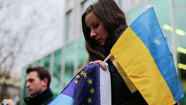 Demonstranti nose zastave Ukrajine i EU - Sputnik Srbija