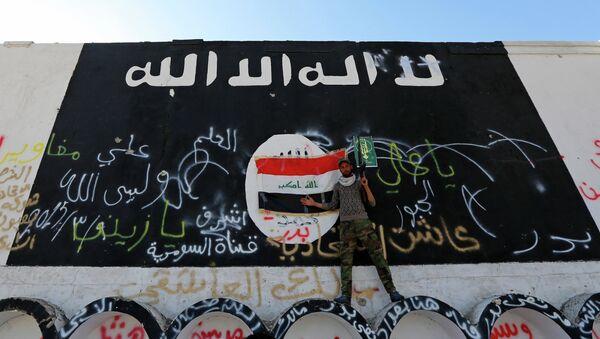 Застава Исламске државе осликана на зиду - Sputnik Србија