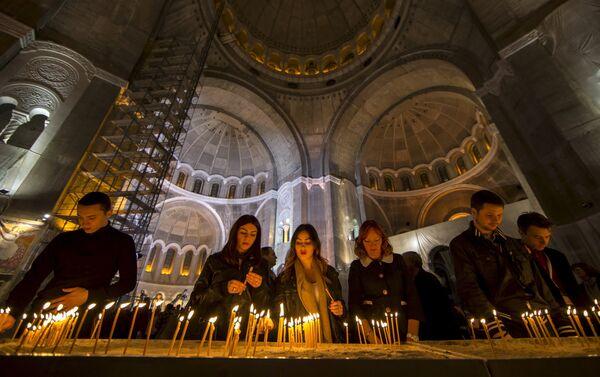Људи пале свеће у храму Светог Саве у Београду - Sputnik Србија