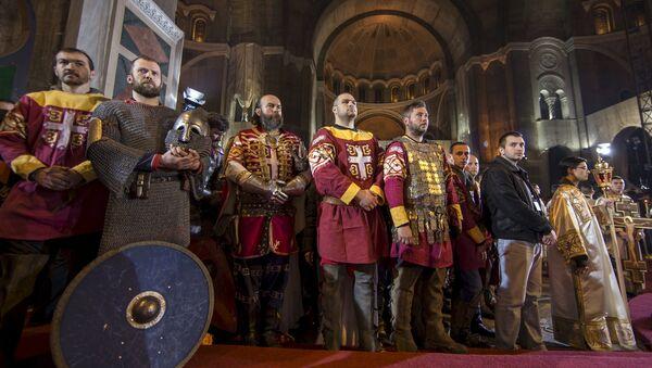 Muškarci obučeni kao srpski vitezovi prisustvuju liturgiji na pravoslavni Uskrs u hramu Svetog Save u Beogradu - Sputnik Srbija