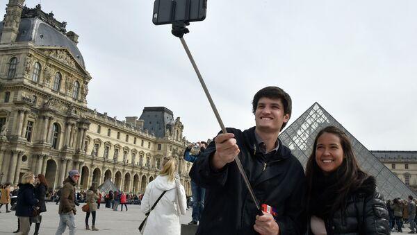 Turisti se slikaju u Parizu - Sputnik Srbija