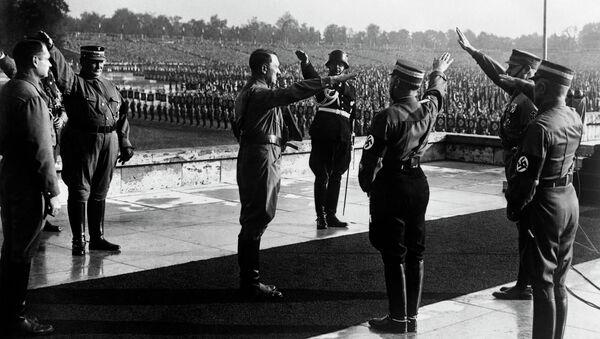 Нацистички официри позрављају Адолфа Хитлера на војној паради 1938 у Немачкој - Sputnik Србија