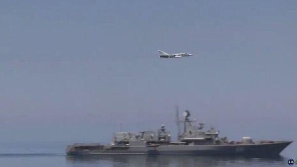 Су-24 изнад америчке морнарице - Sputnik Србија