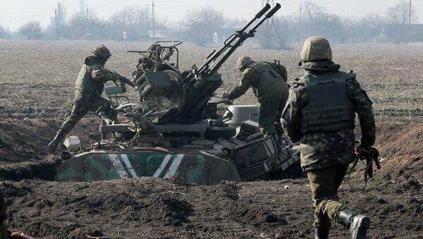 Ukrainian servicemen take position at the front line outside Kurahovo, in the Donetsk region of Ukraine, Wednesday, March 11, 2015 - Sputnik Srbija