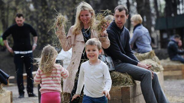 Porodica u čuvenom parku Gorki u Moskvi - Sputnik Srbija