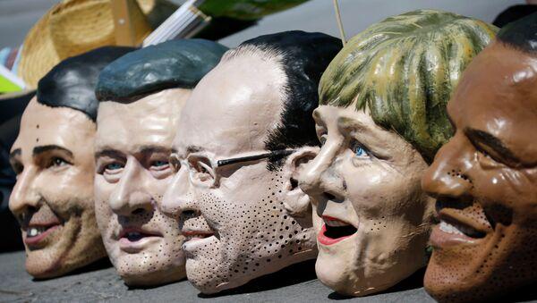 Protest protiv G7 u Nemačkoj - maske sa likovima lidera država-članica G7 - Sputnik Srbija