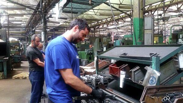 Најмлађи радници надају се продаји фирме јер, кажу, другог посла, нема - Sputnik Србија