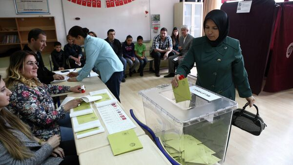 A Turkish woman casts her ballot as she votes in Turkey's general election at a polling station in a primary school in Ankara on June 7, 2015 - Sputnik Србија