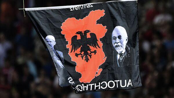На застави је мапа Велике Албаније, као и фотографије Исе Болетинија и Исмаила Ђемалија - Sputnik Србија