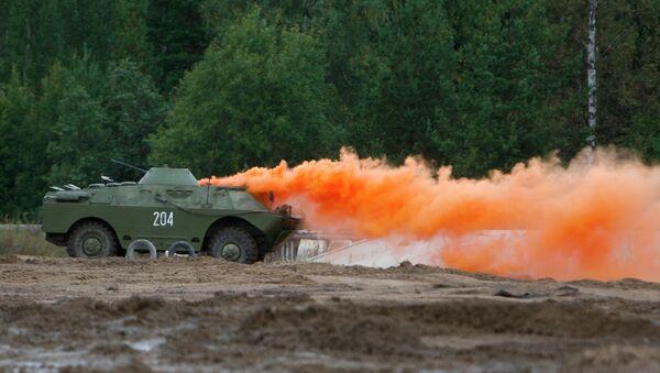 Oklopno vozilo ruske vojske postavlja dimnu zavesu - Sputnik Srbija
