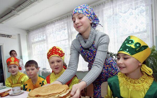 За децу је недеља најзанимљивији дан јер им, поред традиционалних округлих палачинки, мајке пеку тесто у облику птица… - Sputnik Србија