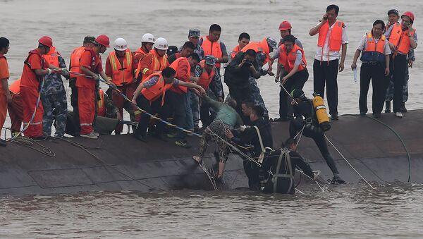 Спасиоци извлаче преживеле после превртања брода - Sputnik Србија