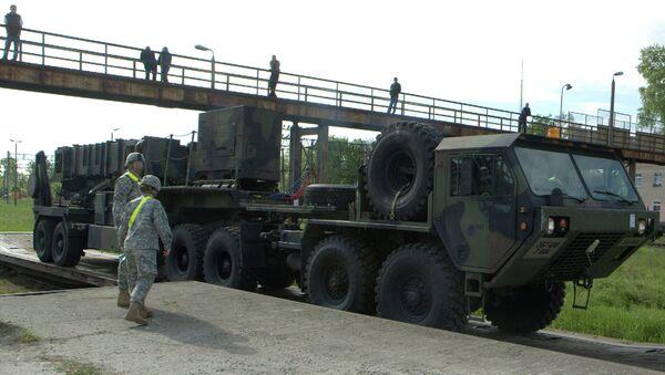 Војници посматрају истоваривање америчких пројектила типа патриот на северу Пољске - Sputnik Србија
