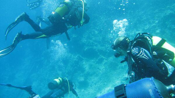 Ponor dubok 120 metara doslovno guta ronioce. - Sputnik Srbija