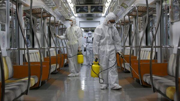 Radnici dezinfikuju voz u metrou u Seulu zbog virusa MERS - Sputnik Srbija