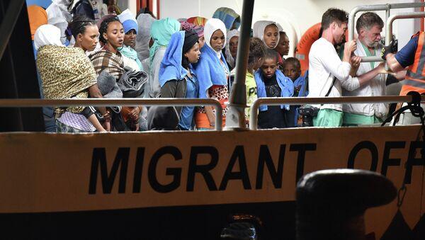 Мигранти чекају да се искрцају у сицилијанском лучком граду Аугуста, Италија, у недељу, 7. јуна 2015. године - Sputnik Србија