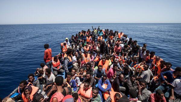 Мигранти на палуби свог дрвеног брода у близини обале Либије 14. мај 2015 - Sputnik Србија