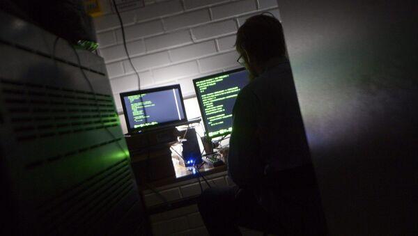 Човек за копјутером у серверској соби - Sputnik Србија