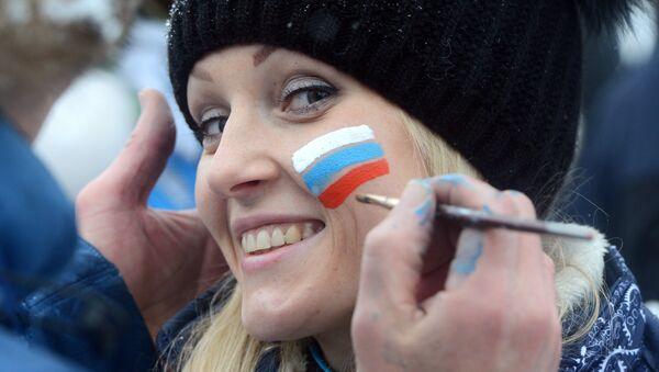 Младић слика  руску заставу на образу једне рускиње - Sputnik Србија