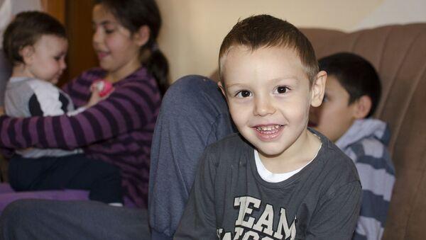 Kao i starija braća i sestre, mali Filip raduje se svojoj novoj sobi - Sputnik Srbija