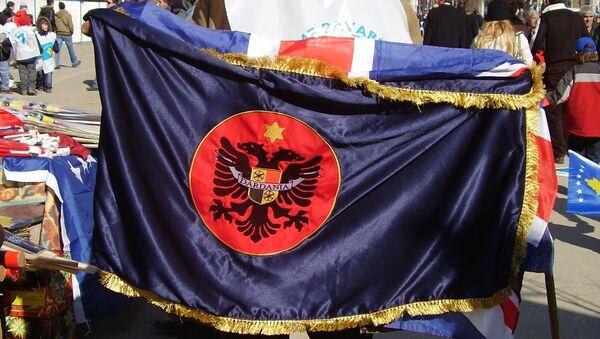 Aлбанац у Приштини са заставом Дарданије (Илирске државе која се простирала на територији данашњег Косова, јужне Србије, Македоније и Албаније) - Sputnik Србија