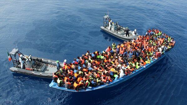 Oficiri irske mornarice na  brodu Le Etna spašavaju migranate u Sredozemnom moru. - Sputnik Srbija