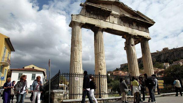 Туристи шетају испред капије Римске агоре у Атини, Грчка - Sputnik Србија